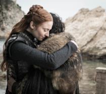 Sansa e Jon si abbracciano