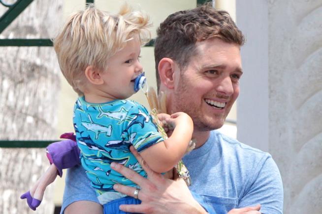 Primo piano di Michael Bublé e del figlio Noah