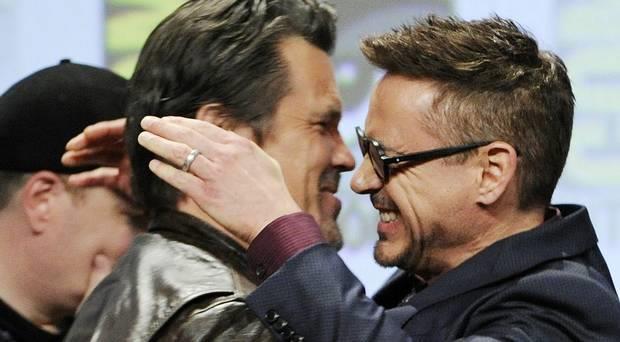 Josh Bolin e Robert Downey Jr. si scambiano abbracci