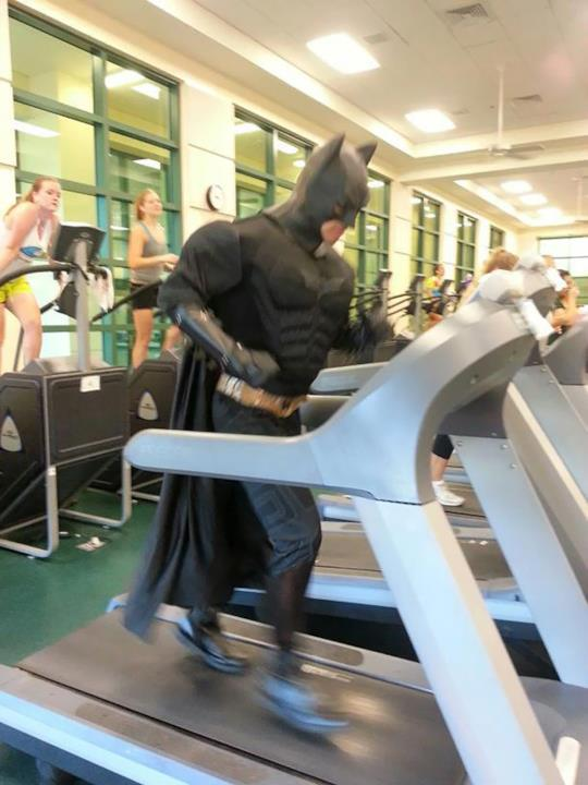In palestra: uomo vestito da Batman