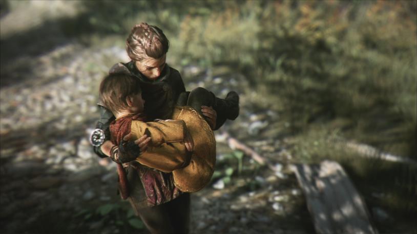 Amicia tiene in braccio il fratellino Hugo in A Plague Tale: Innocence