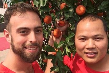 Matt Stopera e Brother Orange davanti a una pianta di arance
