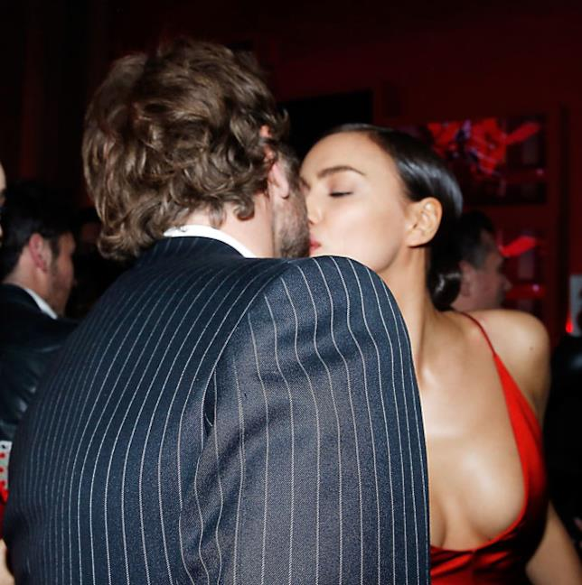 Irina Shayk bacia Bradley Cooper