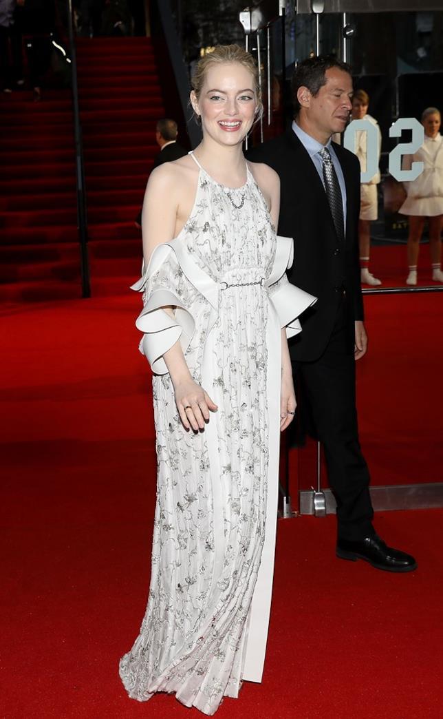 L'attrice Emma Stone posa per i fotografi sul tappeto rosso
