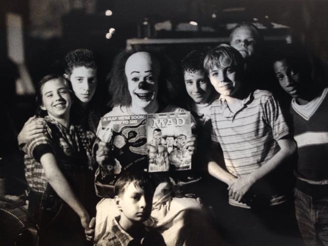 Tim Curry in costume da Pennywise e gli interpreti del Club dei Perdenti
