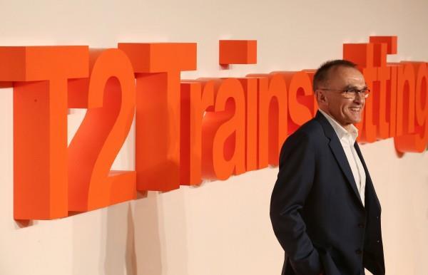 Danny Boyle posa davanti alla scritta della prima mondiale di Trainspotting