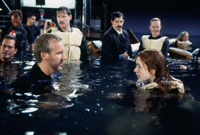James Cameron e Kate Winslet durante la scena chiave di Titanic