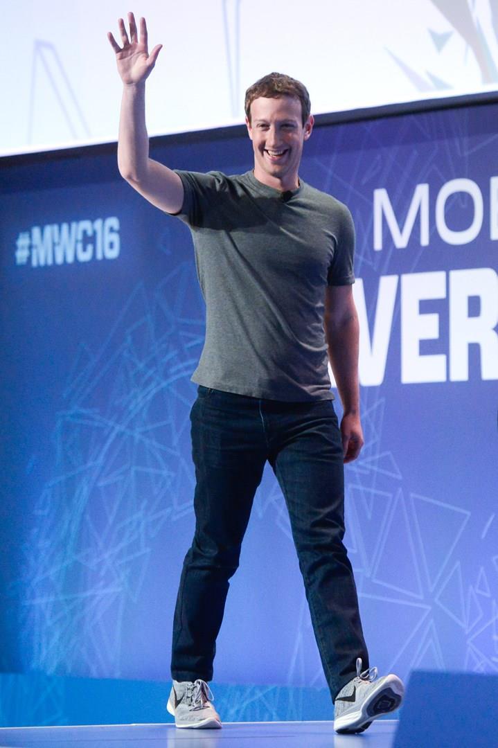 Mark Zuckerberg con uno stile informale al Mobile World Congress 2016