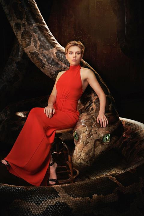 Scarlett Johansson e Kaa nel poster del Libro della Giungla