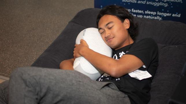 Giovane abbraccia il cuscino intelligente Somnox