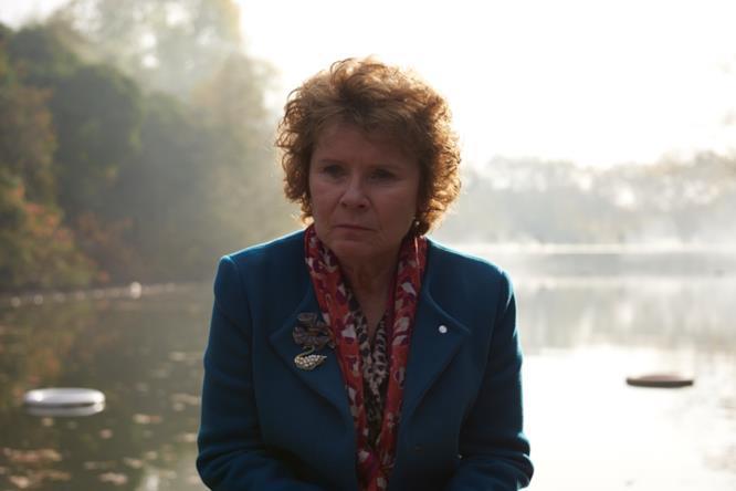 Primo piano di Lady Sandra Abbott (Imelda Staunton)
