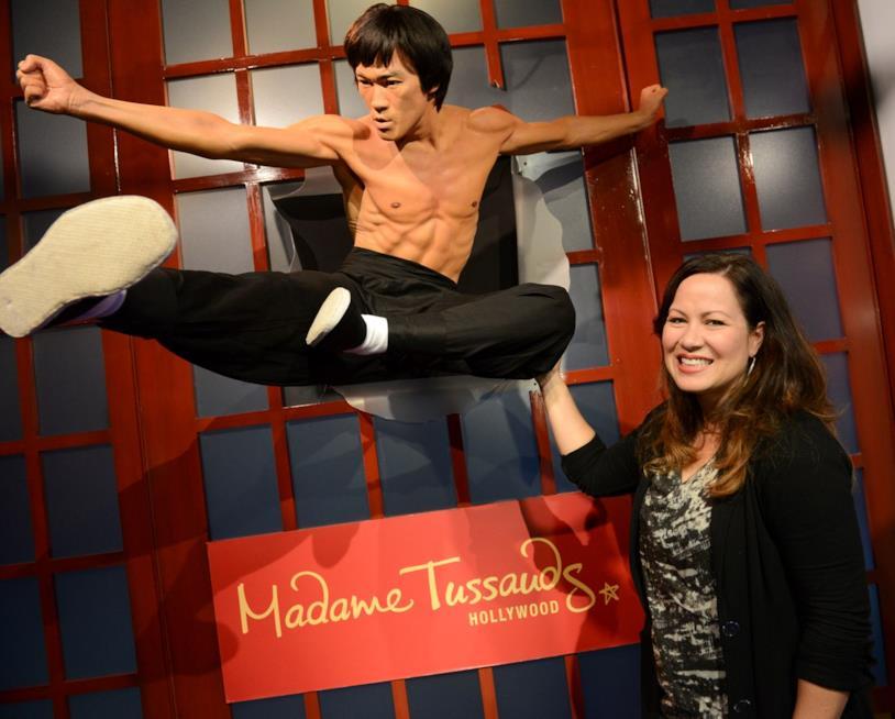 Shannon Lee vicina alla statua di cera di Bruce Lee al museo Madame Tussauds