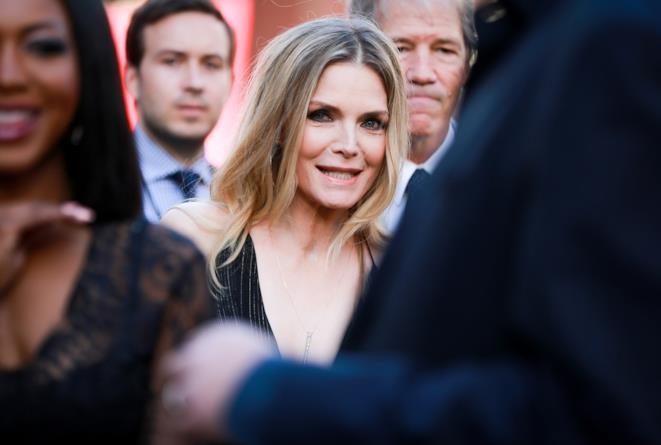 Michelle Pfeiffer sorride ai fotografi