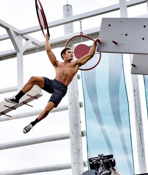 Zack Efron mette in mostra il suo fisico sul set di Baywatch