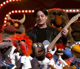 Jack White nei Muppet si esibisce in un brano di Stewie Wonder