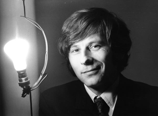 Roman Polanski davanti a una lampadina
