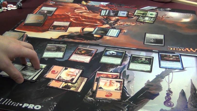 Due giocatoi si sfidano in una partita di Magic: the Gathering