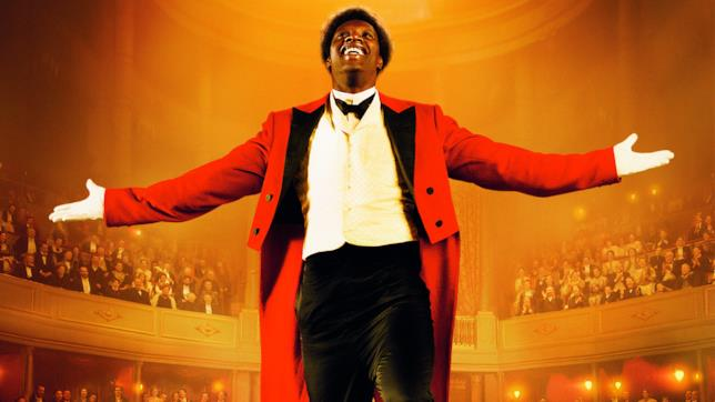 Omar Sy nei panni del clown Chocolat in una scena del film