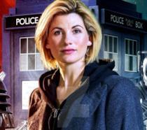 Mezzobusto di Jodie Whittaker con il nuovo TARDIS, un dalek e un Cyberman sullo sfondo