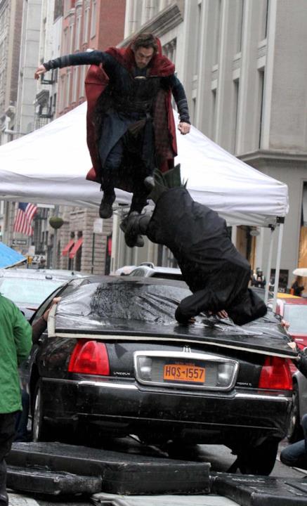 Benedict Cumberbatch e Chiwetel Ejiofor in una scena di lotta.