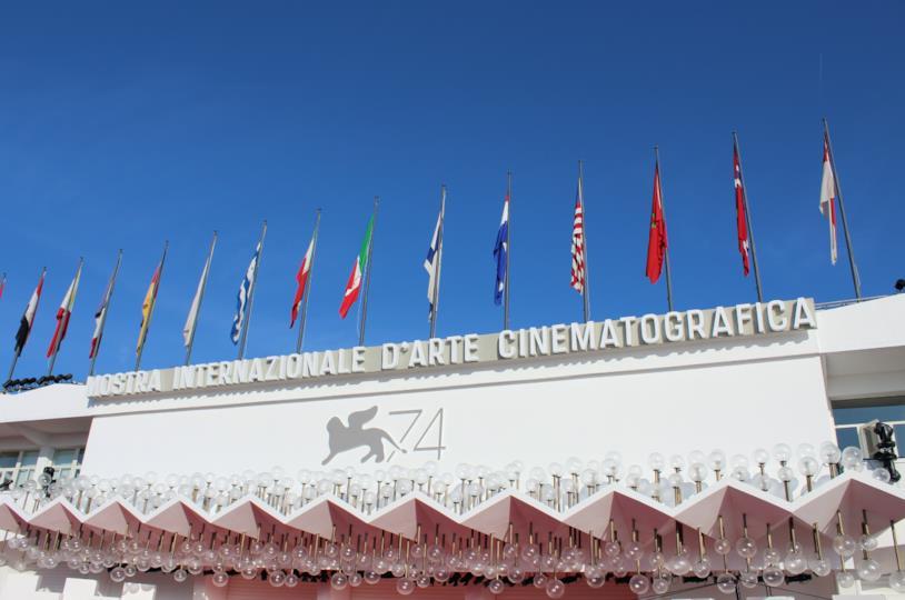 L'allestimento del red carpet fuori dalla Sala Grande a Venezia 74