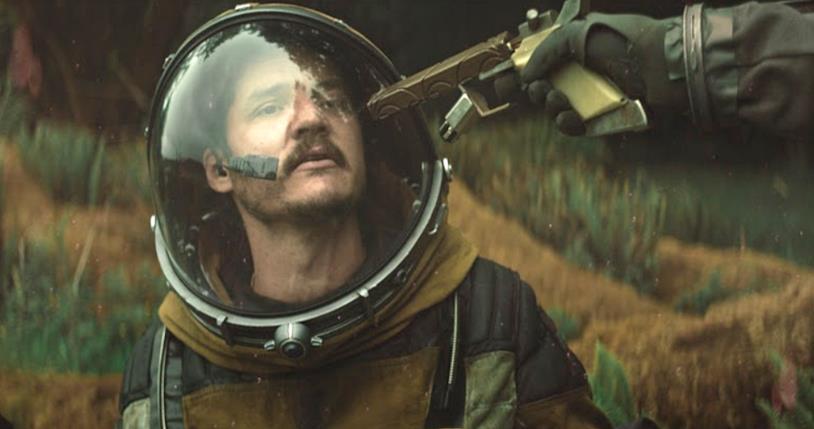 Pedro Pascal viene tenuto sotto tiro in una scena del film Prospect