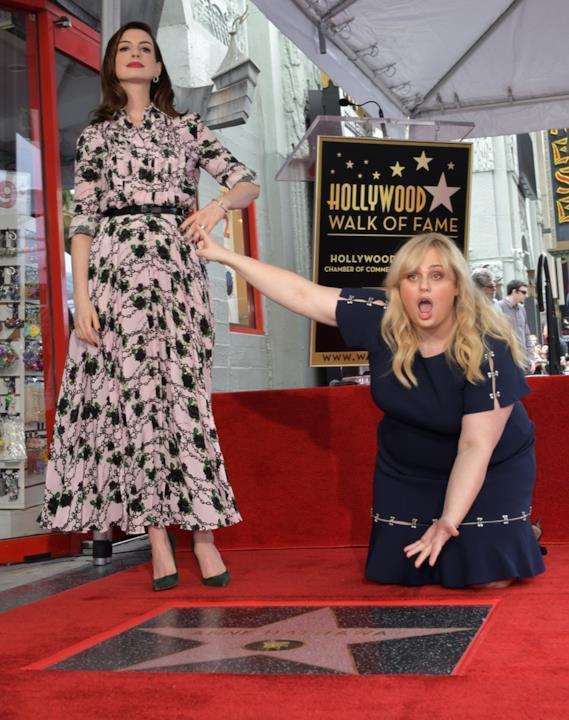 Anne Hathaway festeggia con Rebel Wilson la sua stella sulla Walk of Fame