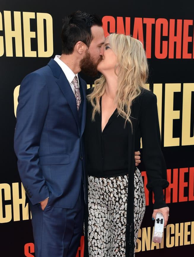 Scatto al bacio per Kate Hudson e Danny Fujikawa