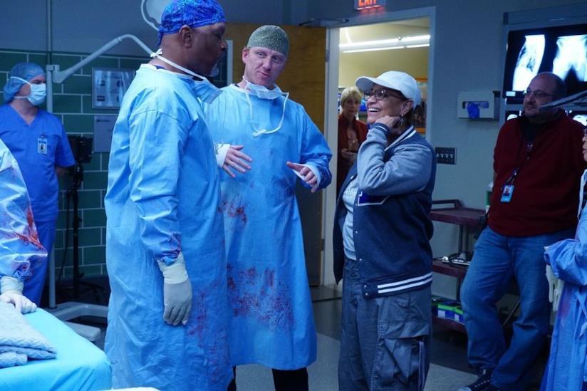 Debbie Allen, Kevin McKidd e James Pickens Jr. sul set di Grey's Anatomy 13x08