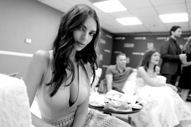 Emily Ratajkowski in un backstage