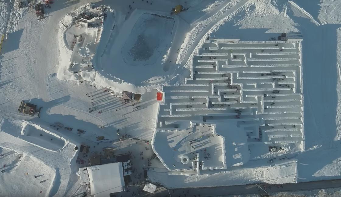 Una foto panoramica dall'alto del labirinto di neve a Snowlandia Winter Amusement Park in Polonia