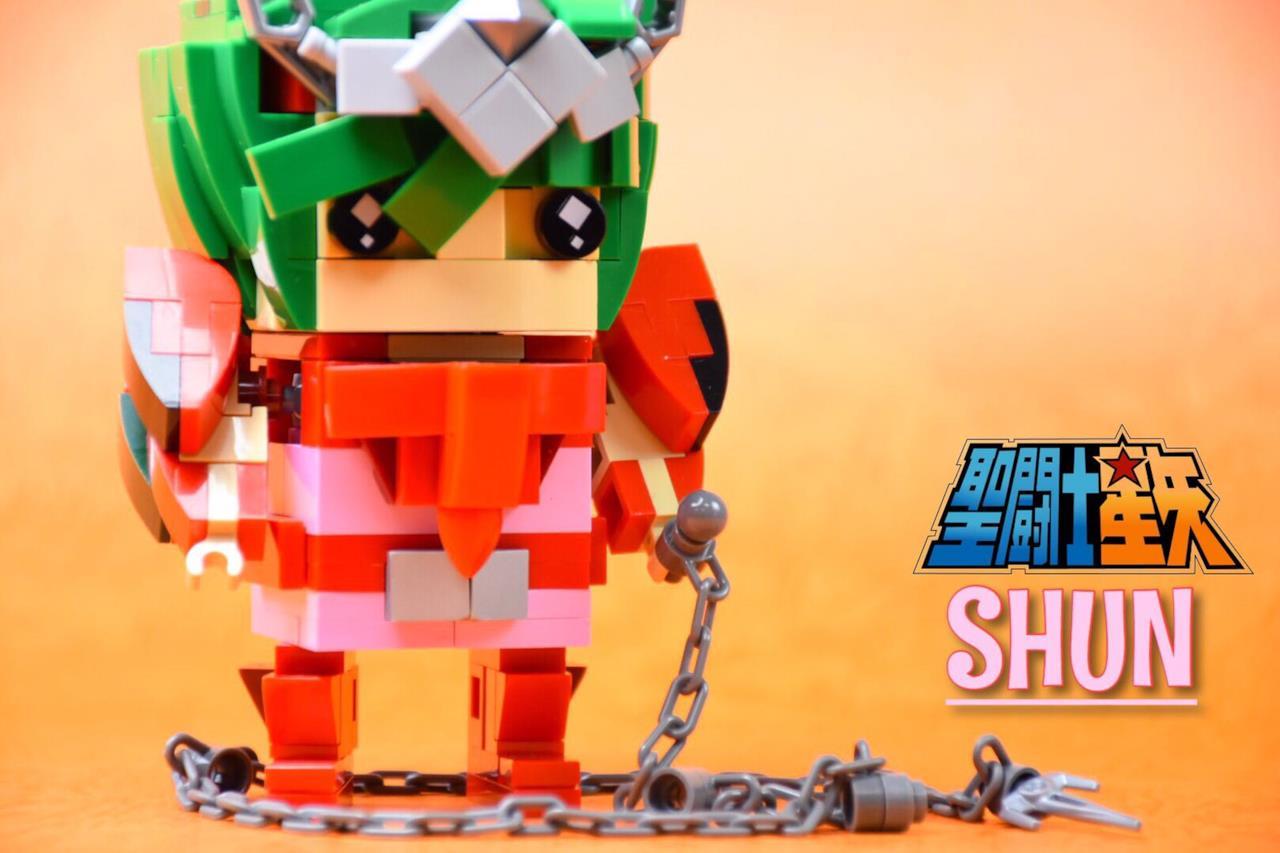 Il personaggio di Andromeda de I Cavalieri dello Zodiaco nella versione Brickheadz LEGO costruita da un fan