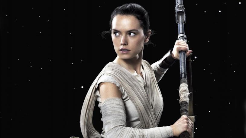 Daisy Ridley impugna un'arma in una scena tratta da Star Wars: il Risveglio della Forza