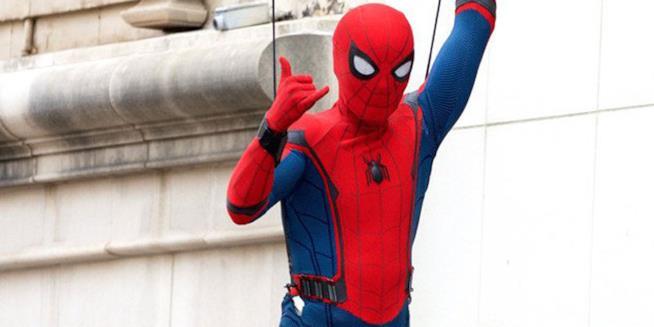 Tom Holland nel riuolo di Spider-Man sul set