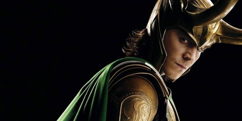 Un primo piano di Tom Hiddleston nei panni di Loki, in un poster di Thor