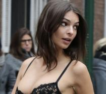 Emily Ratajkowski in lingerie in centro New York