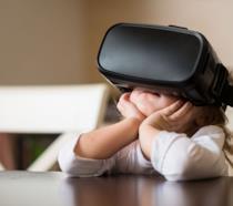 Una bambina con un visore VR