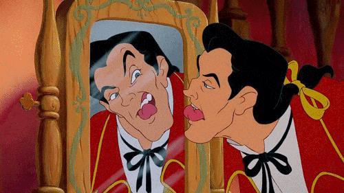 Gaston si guarda allo specchio