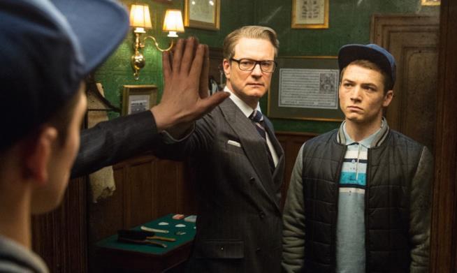 Taron Egerton e Colin Firth in una scena del film