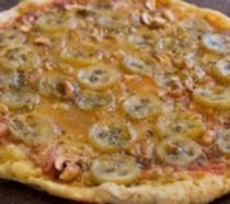 Una pizza particolare con banane e funghi