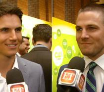 Stephen Amell dichiara che vorrebbe un film di Arrow in cui il cugino Robbie fosse Batman