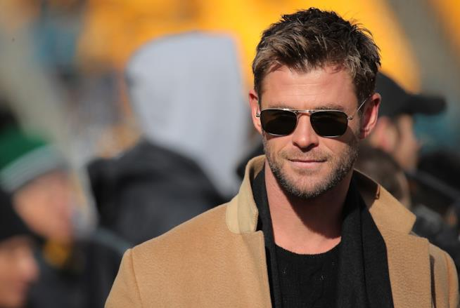 Chris Hemsworth in occhiali da sole