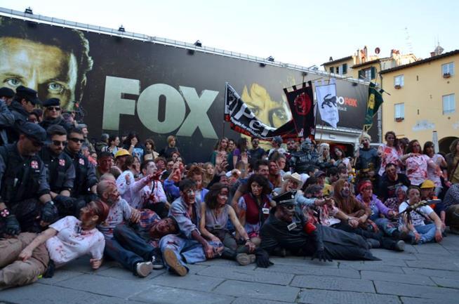 I figuranti della Zombie Walk allo stand FOX per il saluto finale