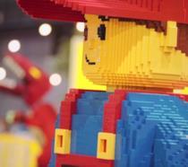 Primo piano della classica Minifigure LEGO in formato gigante