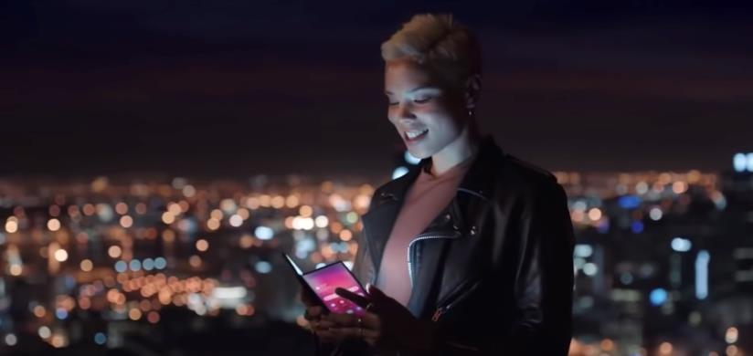 Screen dal video pubblicato per errore da Samsung dove viene mostrato lo smartphone pieghevole