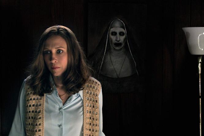 Un quadro col demone Valak, dall'aspetto di una suora