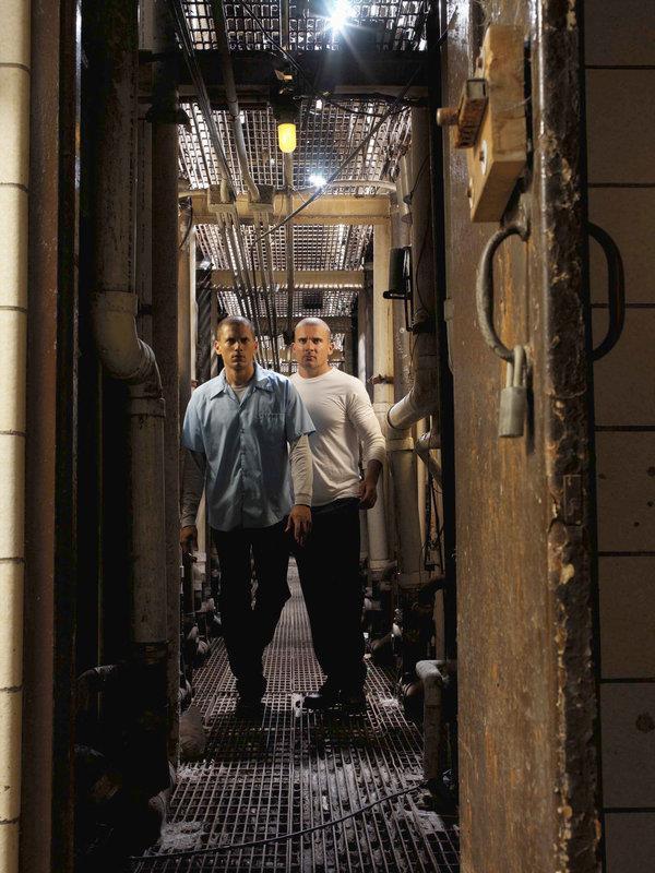 Wentworth Miller con Dominic Purcell in una scena di Prison Break