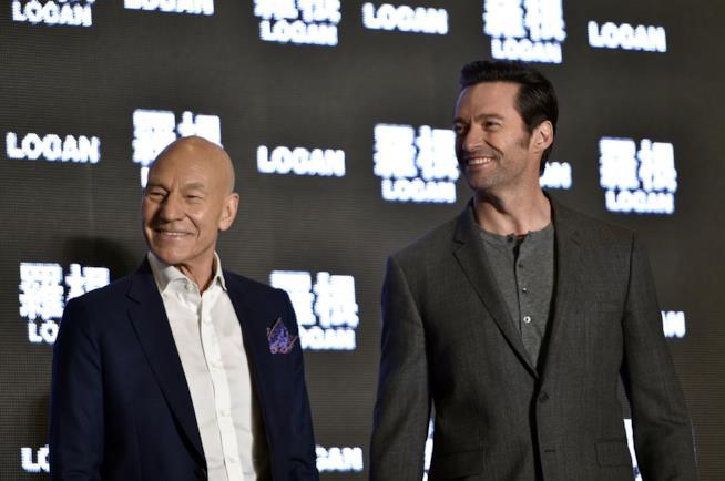 Hugh Jackman e Patrick Stewart sorridono alla premiere di Logan a Taiwan