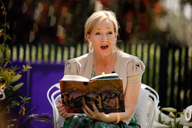J.K. Rowling legge in pubblico un passaggio di Harry Potter e la Pietra Filosofale, mostrando l'edizione statunitense del libro