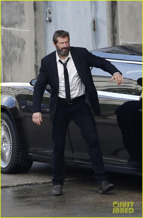 Hugh Jackman vestito di scuro